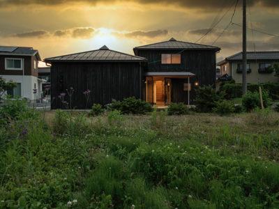 方形屋根×2の家の夕景