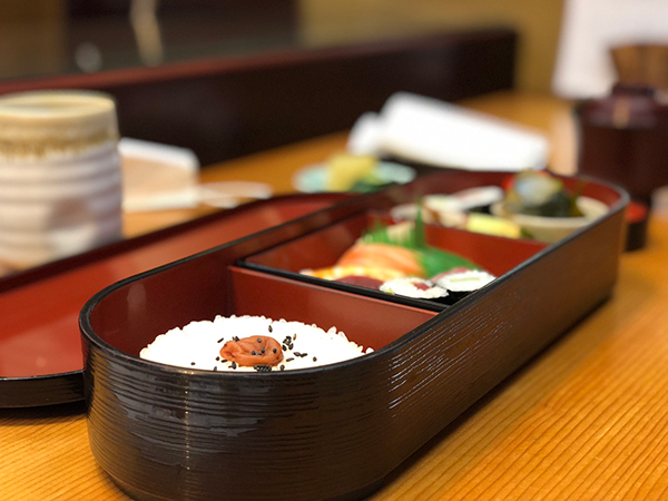 井津茂寿司の箱膳