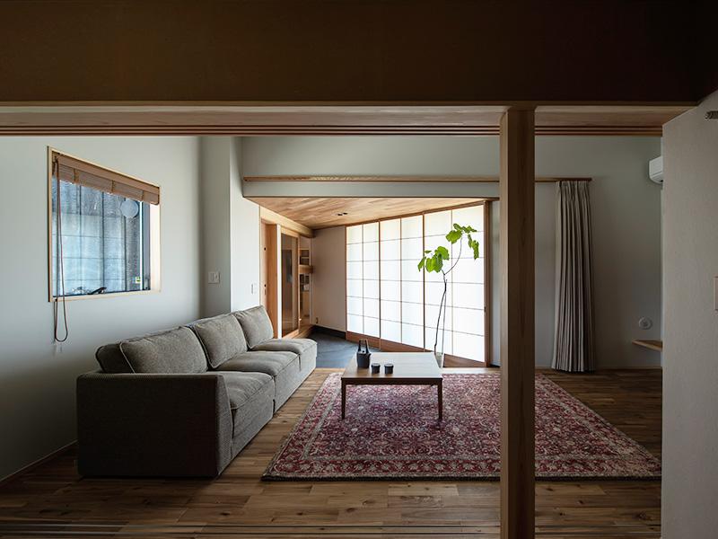 方形屋根×2の家のリビング