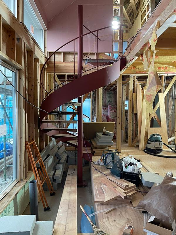 矢印形の家の螺旋階段